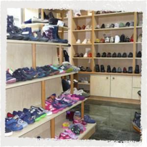 Schuhhandel: Auslage mit Kinderschuhen