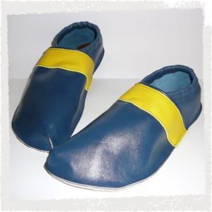 Lederpuschen blau mit gelbem Streifen