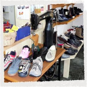 Schuhhandel: Auslage mit Trekkingschuhen