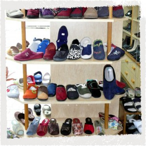 Schuhhandel: Auswahl an Hausschuhen